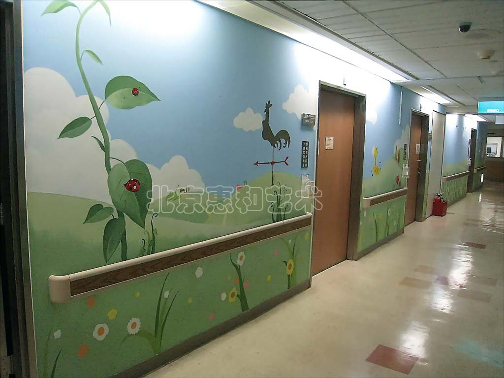 就是画在幼儿园外墙和教室内墙的一种装饰绘画