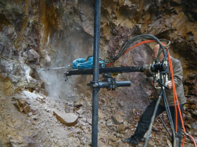钻架液压凿岩机;; 立柱凿岩机;; 供应卓力单立柱钻架液压凿岩机图片