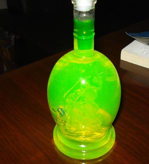 荧光瓶子里的巴黎铁塔图片