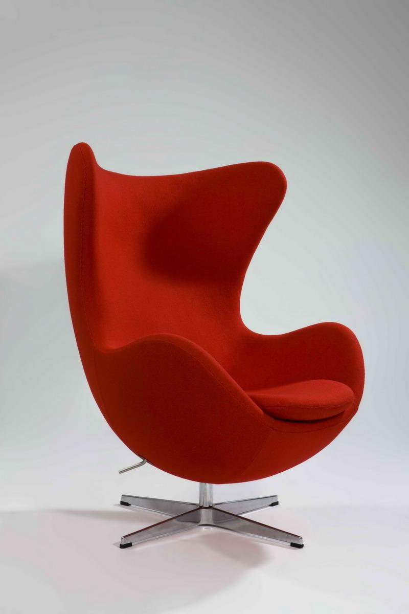 他家具设计作品都是享誉国际的经典设计,蛋椅便是其中之一.